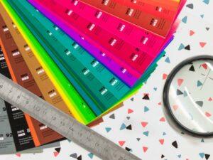 Mit Farbfächer und Lupe - Stüker Siebdruck und Werbemittel